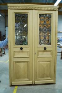 Porte d'entrée double en bois avec fenêtres