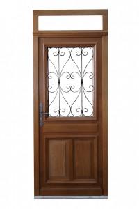Porte d'entrée traditionnelle en bois avec fenêtre et imposte simple